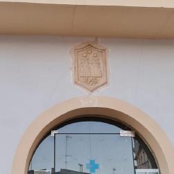 Es restitueix l'escut de Torrelles de Foix a la façana de l'antic Ajuntament