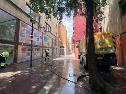 Comencen els treballs de neteja intensiva del paviment del Centre de la vila